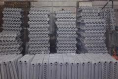 Подготовка чугунных батарей грузчиками для дальнейшей транспортировки